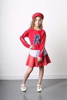 Berretto rosso e giacca della ragazza, vestiti alla moda