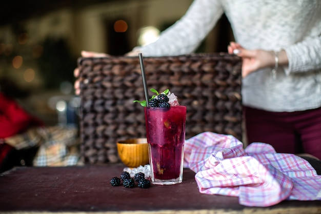 Berry cocktail freddo sul tavolo