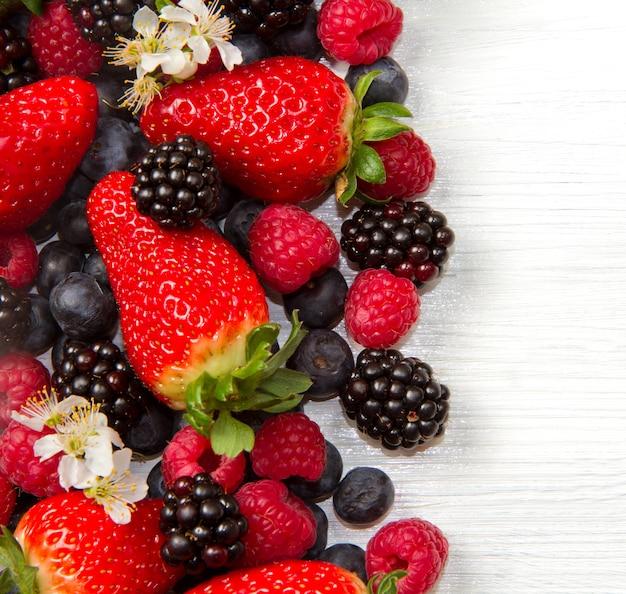Berry over white legno, fragole, lamponi, mirtilli