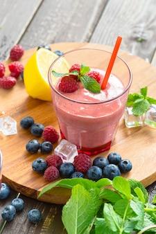 Berry smoothie con menta, mirtillo e lampone
