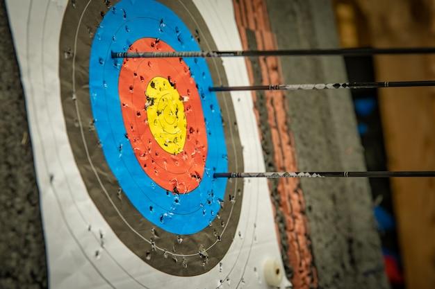 Bersaglio e freccette alla competizione di tiro con l'arco nella palestra
