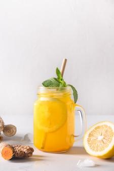 Bevanda a base di erbe indonesiane jamu con curcuma, zenzero, limone.