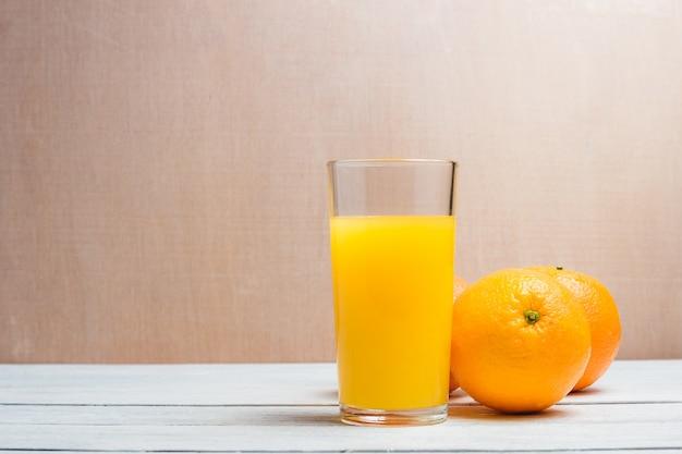 Bevanda a fette di arancia e succo. concetto sano con copyspace.