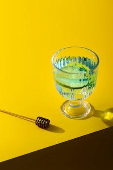 Bevanda ad alto angolo con sfondo giallo