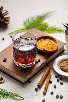 Bevanda ad alto angolo in vetro con ingredienti