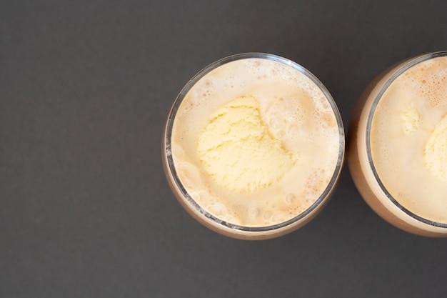 Bevanda al caffè con gelato, caffè espresso. affogato, bevanda estiva rinfrescante in vetro.