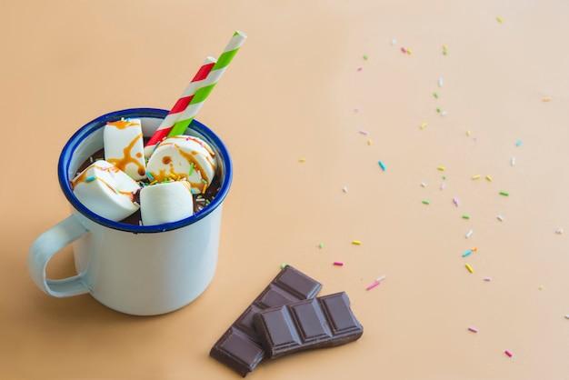 Bevanda al cioccolato con marshamallow