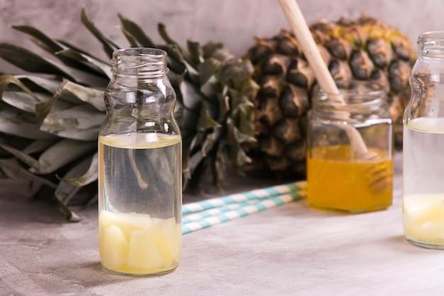 Bevanda all'ananas in una piccola bottiglia di vetro