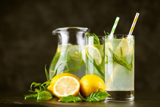 Bevanda alla limonata al dragoncello