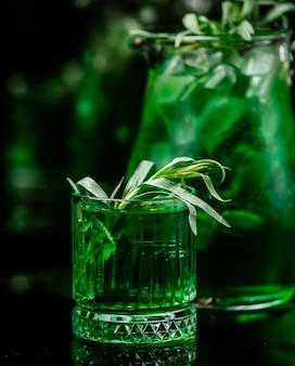 Bevanda alla menta sul tavolo