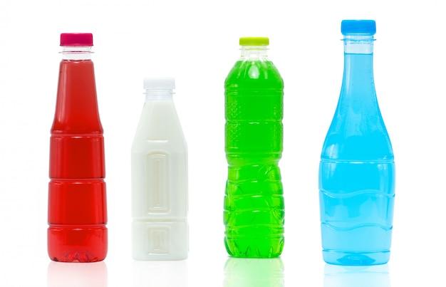 Bevanda analcolica in bottiglia di plastica e tappo con un moderno design di imballaggio su sfondo bianco con etichetta vuota. contenitore per bottiglie per bevande di colore blu. bottiglia di plastica per bevande gassate per pubblicità.