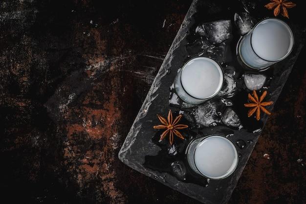 Bevanda araba tradizionale raki dell'alcool con anice, vista superiore dello spazio di superficie arrugginita scura della copia