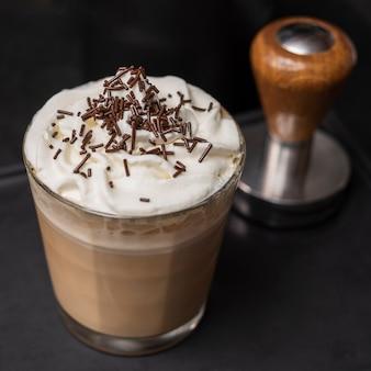 Bevanda aromatica del primo piano con crema e le spezie