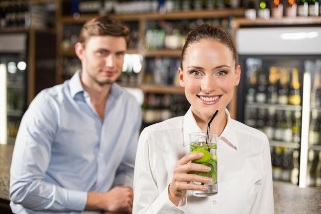Bevanda bevente della donna davanti all'uomo