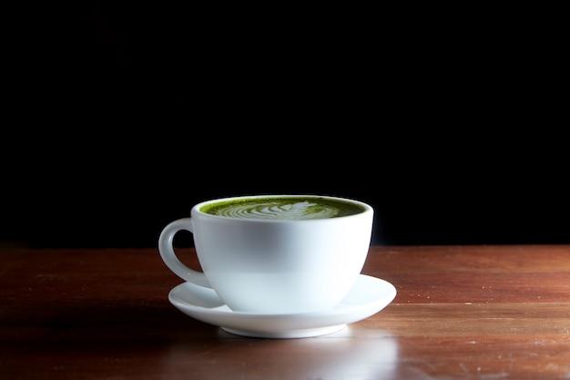 Bevanda calda al latte di tè verde matcha