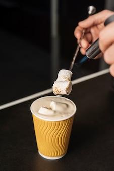 Bevanda calda aromatica con latte e schiuma