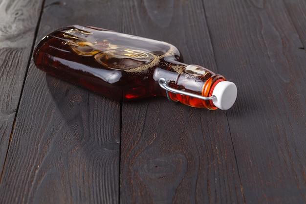 Bevanda calda dell'alcool casalingo in bottiglia sulla tavola