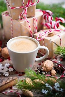 Bevanda calda di natale nella priorità bassa dei presente della tazza
