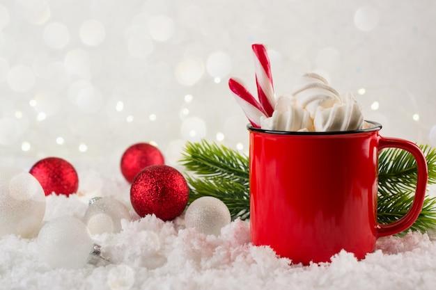Bevanda calda invernale, cacao con marshmallow o cioccolata calda piccante in tazza rossa. annata festiva