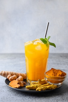 Bevanda curcuma jamu con ingredienti. bevanda ayurvedica avvicinamento.