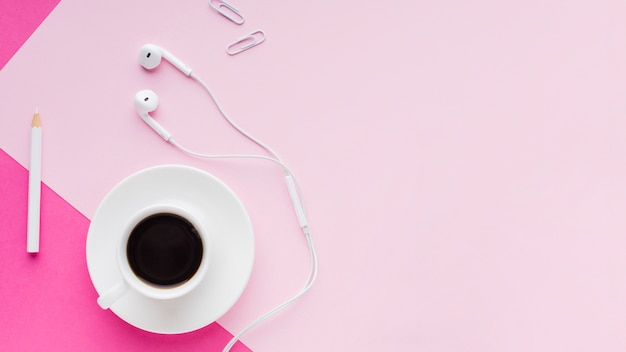 Bevanda del caffè e cuffie copiano lo spazio
