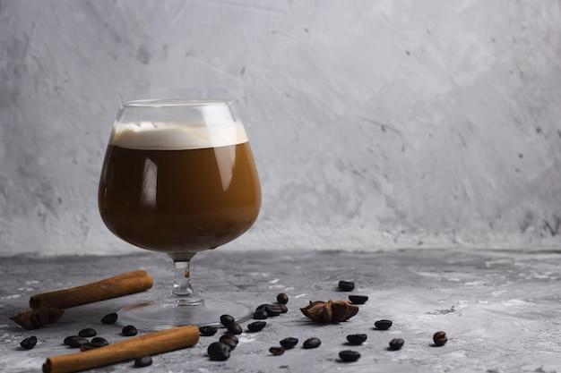 Bevanda del caffè in una priorità bassa di pietra di vetro