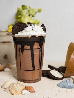 Bevanda del cioccolato freddo nella fine di plastica della tazza su