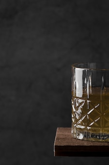 Bevanda del primo piano sulla tavola di legno