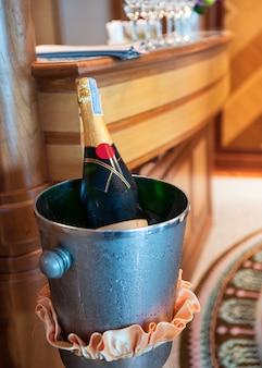 Bevanda della bottiglia di champagne in secchiello del ghiaccio