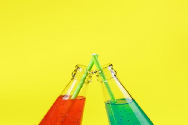 Bevanda di semi di basilico in bottiglie di vetro