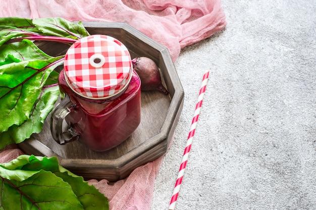 Bevanda disintossicante di barbabietole concetto di disintossicazione di frullati rossi