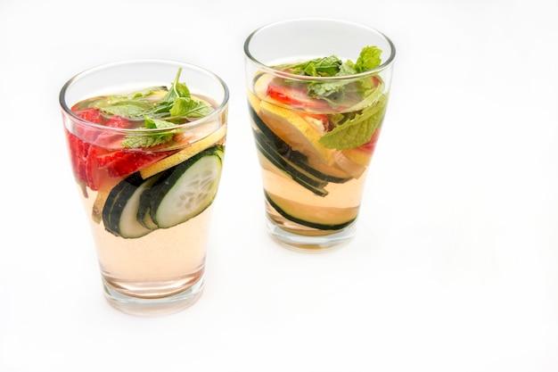 Bevanda disintossicante dietetica con succo di limone, fragole e cetriolo.