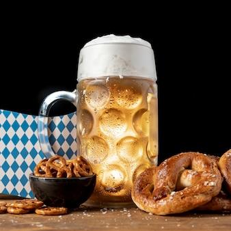 Bevanda e spuntini bavaresi del primo piano su una tabella
