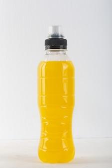 Bevanda energetica isotonica. bottiglie con liquido giallo trasparente, bevanda sportiva