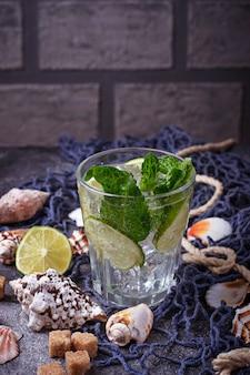 Bevanda estiva al mojito con rum, menta, ghiaccio e lime