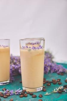 Bevanda estiva caffè ghiacciato con lavanda in vetro