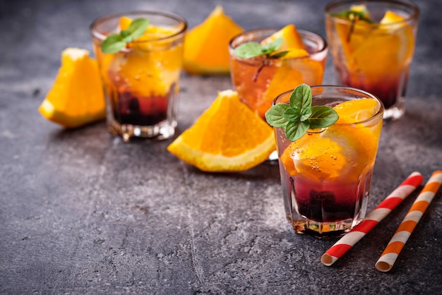 Bevanda estiva con arancia e frutti di bosco