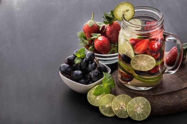 Bevanda estiva di frutta fresca. mix di acqua aromatizzata alla frutta con fragole