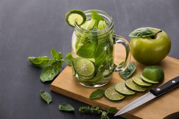 Bevanda estiva di frutta fresca. mix di acqua aromatizzata alla frutta con lime, ap