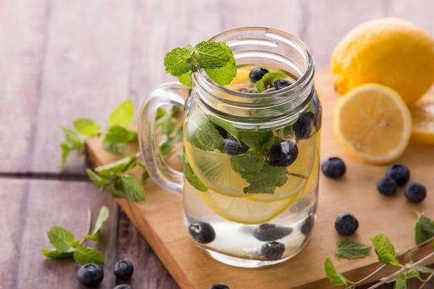 Bevanda estiva di frutta fresca. mix di acqua aromatizzata alla frutta con limone, b