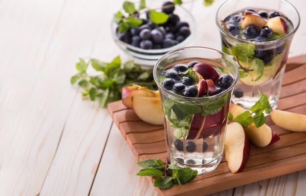 Bevanda estiva di frutta fresca. mix di acqua aromatizzata alla frutta con mela, b