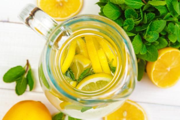 Bevanda estiva limonata tradizionale con menta al limone