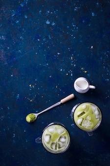 Bevanda estiva verde matcha in polvere e tè freddo