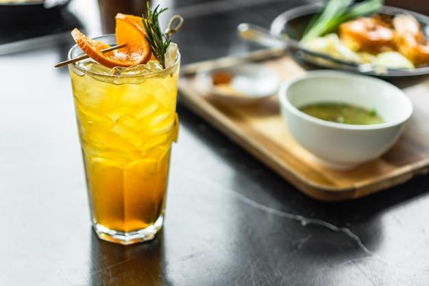 Bevanda fresca della bevanda del tè del limone sulla tabella dell'alimento