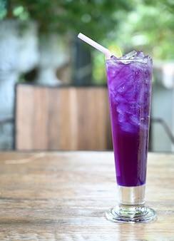 Bevanda fresca della bevanda gassosa del limone del pisello di farfalla con lo spazio della copia