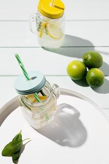 Bevanda fresca di agrumi sul vassoio
