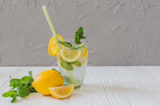 Bevanda fresca di estate con limone