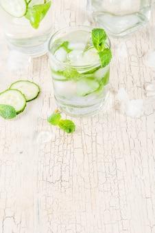 Bevanda fresca ghiacciata, acqua alla menta e cetriolo, cocktail disintossicante al mojito