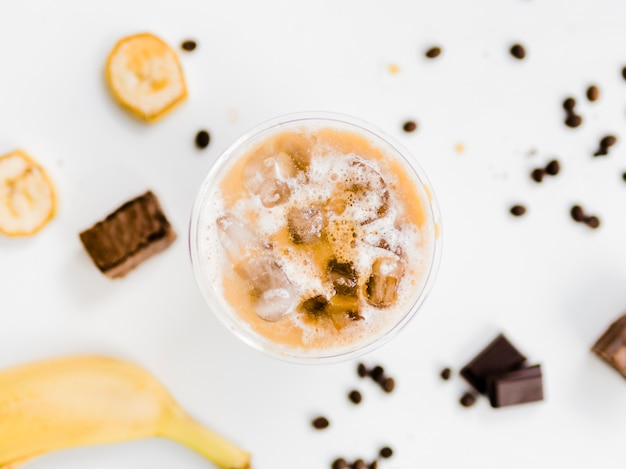 Bevanda ghiacciata alla banana e al cioccolato
