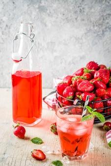Bevanda ghiacciata alla fragola, succo di frutta, cocktail mojito o liquore, con fragole fresche